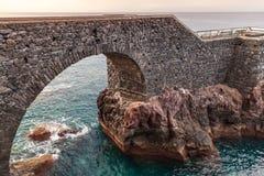 Старый мост свода в Ponta делает Sol, Мадейру Стоковое Изображение RF