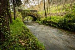 Старый мост утеса над рекой Filveda Стоковое Изображение RF