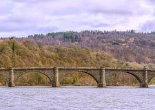 Старый мост Dunkeld Шотландия Над рекой Tay стоковая фотография rf