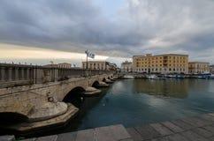 Старый мост Ortigia Сиракуза Сицилии стоковая фотография