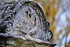 Старый надгробный камень в Zentrafriedhof, Wien Стоковое Изображение