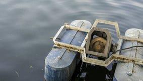 Старый насос мотора в пруде воды стоковое фото rf