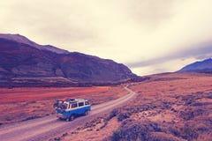 Старый немецкий винтажный campervan красивый ландшафт около Paso Roballos, влияния фильтра фото Нашвилла ретро винтажного, теплог Стоковое фото RF
