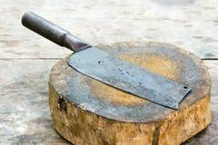 Старый нож на плахе Стоковое Изображение RF