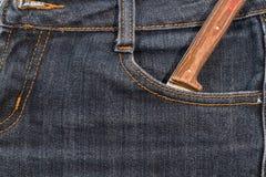 Старый нож с деревянной ручкой в ваших карманных джинсах Стоковое Изображение