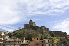 Старый нормандский замок ` s, и средневековый город, Lamezia Terme, Калабрия, Италия стоковые изображения