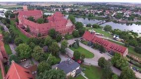 Старый огромный замок на реке акции видеоматериалы
