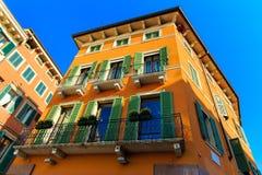 Старый дом в Вероне, Италии на предпосылке голубого s Стоковая Фотография RF