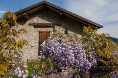 Старый дом в горе горных вершин yhe Стоковое Изображение RF