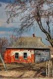 Старый дом в русской деревне Стоковые Фотографии RF