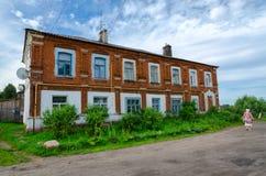 Старый дом в части Zarechenskaya городка Kalyazin, России Стоковые Фотографии RF