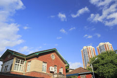 Старый дом и новые дома Стоковая Фотография RF