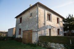 Старый дом под голубым небом в Франции Стоковые Изображения RF