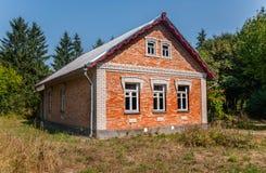 Старый дом принятый в сад в падении Стоковое Фото