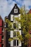 Старый дом с белыми штарками окна в Амстердаме стоковое фото