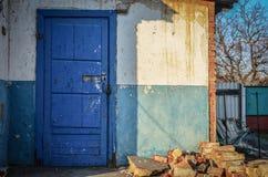 Старый дом с голубой дверью Стоковые Фотографии RF