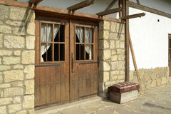 Старый дом с деревянными дверями Стоковое Фото