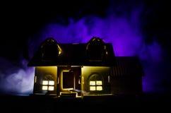 Старый дом с призраком в залитой лунным светом ноче или покинутый преследовать дом ужаса в тумане Старая мистическая вилла с сюрр Стоковое Изображение RF