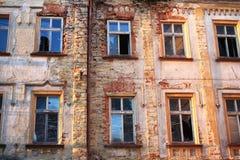 Старый дом с сломленными окнами Стоковое фото RF