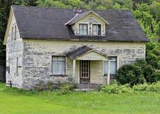 Старый дом шелушения краски стоковое фото rf