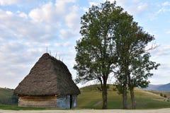 Старый дом ` s фермера деревянный в Трансильвании, Стоковые Фотографии RF