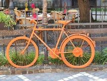 Старый оранжевый велосипед Стоковые Изображения RF