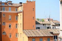 Старый оранжевый дом в Риме стоковые изображения rf