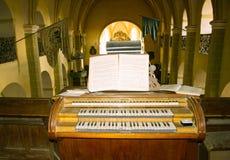 Старый орган церковь-крепости saxon стоковые изображения