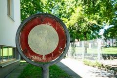 Старый отсутствие trespassing знака с деревьями в задней части Стоковые Изображения