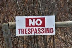 Старый отсутствие Trespassing Signage Стоковое Изображение RF