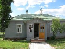 Старый одн-storeyed небольшой дом с открыть дверью Стоковое фото RF