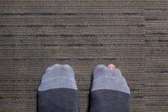 Старый палец ноги шоу разрыва носка на поле стоковые фото