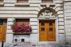 Старый парижский фасад здания с гераниумом стоковая фотография
