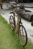 Старый парк велосипеда на поле травы Стоковое Фото