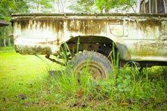 Старый парк повреждения автомобиля в одичалом Стоковое Изображение