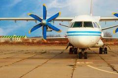 Старый пассажирский самолет с двигателем турбин-пропеллера стоковая фотография rf