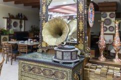Старый патефон стоит на декоративно украшенной пристани в магазине обочины около города Kerak в Джордан стоковое фото rf