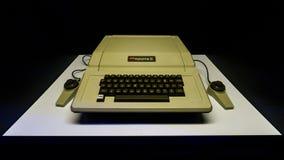 Старый первоначально компьютер Mac Яблока II с клавиатурой на дисплее в Стамбуле, Турции, в выставке революции цифров стоковые фото