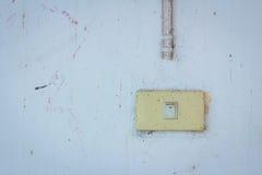 Старый переключатель мощности на пакостной стене Стоковое фото RF