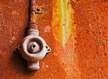 Старый переключатель на ржавой железной стене Стоковые Фото