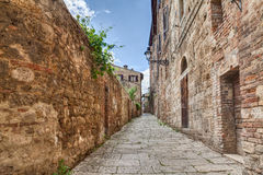 Старый переулок в d'Elsa Colle di Val, Тоскане, Италии Стоковые Фотографии RF