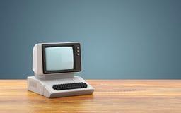 Старый персональный компьютер на таблице Стоковое Изображение RF