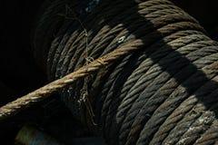 Старый перлинь на барабанчике брашпиля или ворота Стоковое Изображение RF