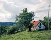 Старый поврежденный дом на холме стоковое фото
