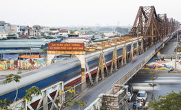 Старый поезд двигателя дизеля бежать на длинном мосте Bien Стоковые Фото