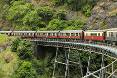 Старый поезд на железнодорожном мосте стоковые фотографии rf