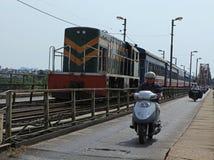Старый поезд на длинном мосте Bien Стоковые Фотографии RF