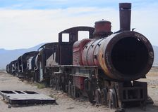 Старый поезд на кладбище поезда стоковые изображения