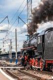 Старый поезд пара выходит станция Стоковые Фотографии RF