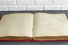 Старый пожелтетый фотоальбом для фото стоковые фото